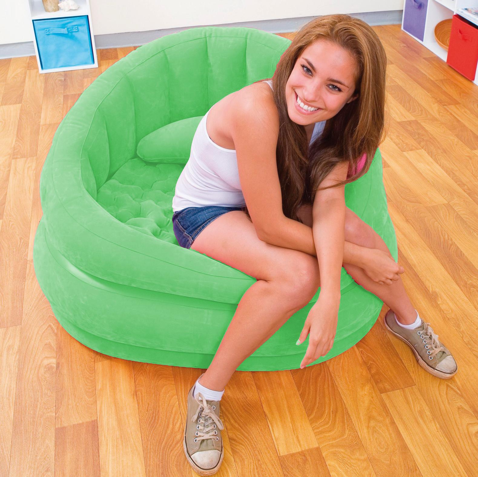 Телка на синем надувном кресле 11 фотография